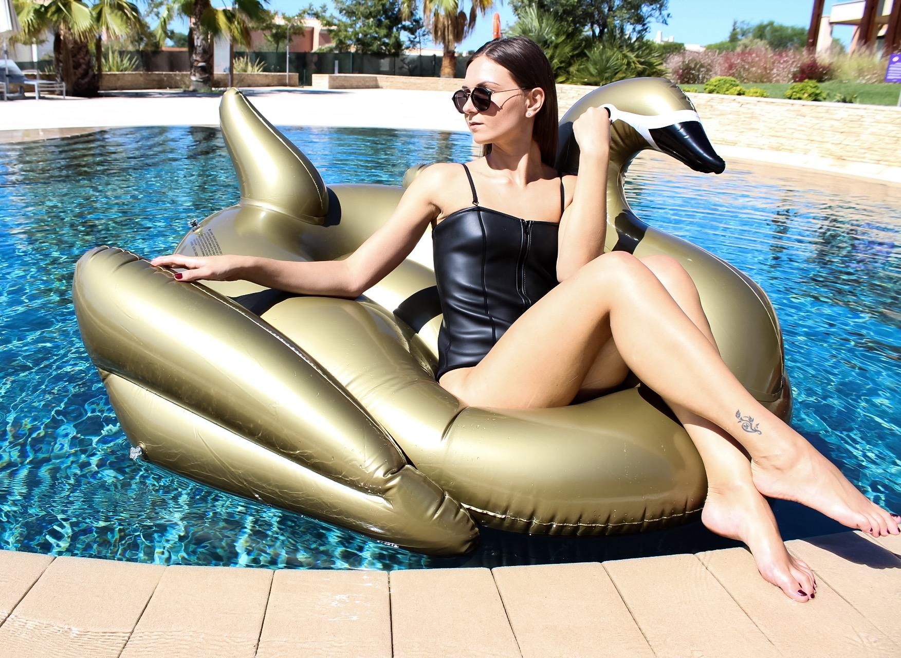 Bouée gonflable Cygne Gold, fun, trendy, spécial pool party, bouée pour la piscine et la plage, matériel en PVC environnemental, taille XL, pour une personne, couleur Gold - Or, le meilleur des bouées pour l'été!