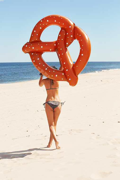 Bouée gonflable Pretzel, fun, trendy, spécial pool party, bouée pour la piscine et la plage, matériel en PVC environnement, pour une personne, couleur Marron, le meilleur des bouées pour l'été!