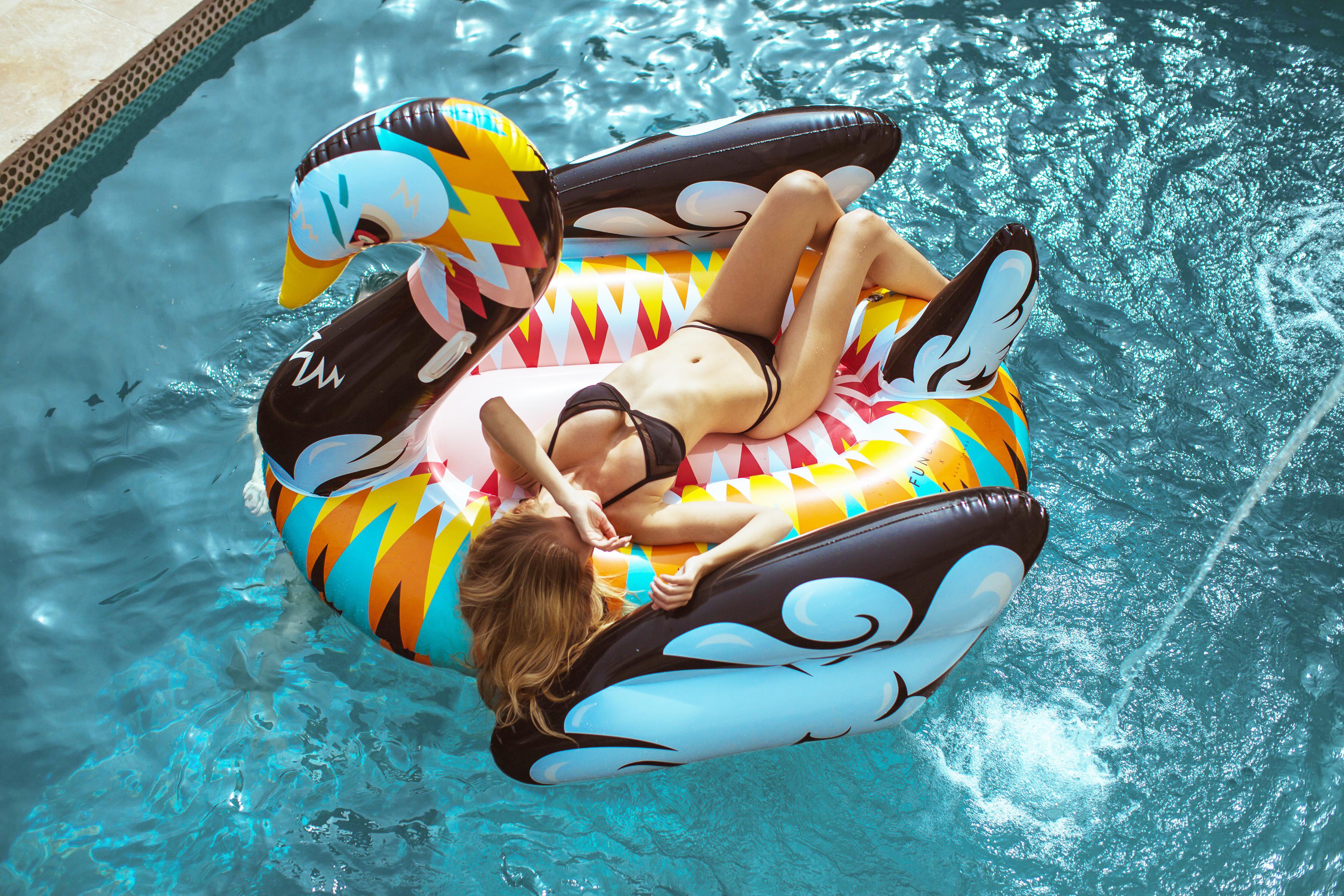 Bouée gonflable Cygne Design, matelas original gonflable pour la piscine et la plage, modèle original!!! nouveauté, fun, trendy, spécial pool party, bouée pour la piscine et la plage, matériel en PVC environnemental, taille XL, pour une ou deux personnes, couleur Multicolore, le meilleur des bouées pour l'été!