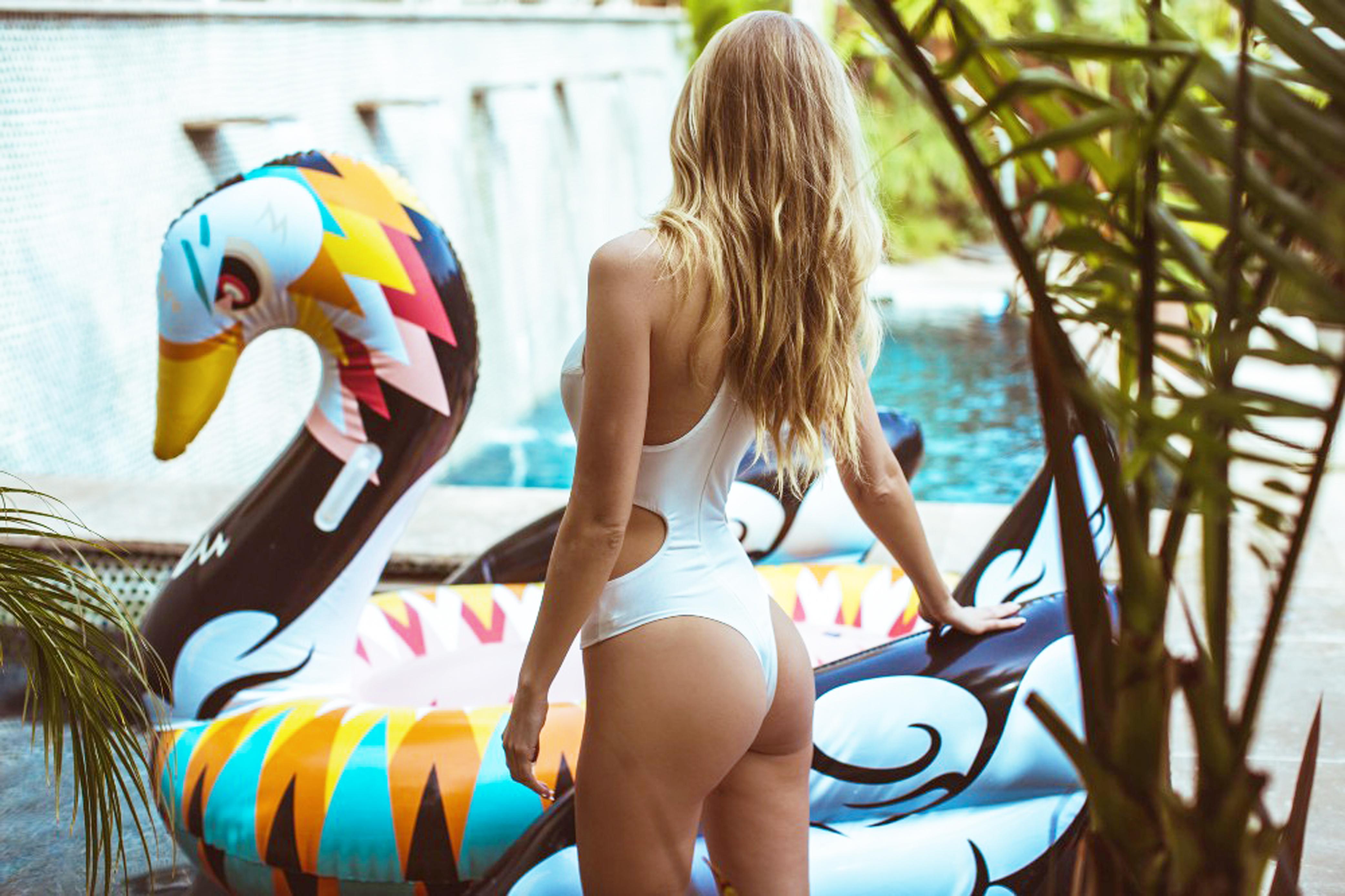 Bouée gonflable Cygne Design, fun, trendy, spécial pool party, bouée pour la piscine et la plage, matériel en PVC environnemental, taille XL, pour une ou deux personnes, couleur Multicolore, le meilleur des bouées pour l'été!